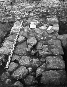 <strong>Рис. 3</strong> Фундаментальная часть эллинистической оборонительной стены в гражданском дворе Аккерманской крепости