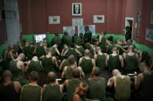 Фото Сергея Гудилина. Просмотр вечерних новостей является обязательным для всех солдат. В 21.00 все военнослужащие срочной службы обязаны смотреть информационную программу «Панорама» на государственном канале белорусского телевидения.