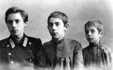 Виктор (Велимир) Хлебников (слева) с братом Александром и двоюродным братом Колей Рябчевским. Фотография конца 1900-х гг.