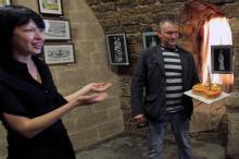 Специальный торт от КП Фортеця участникам выставки вручают Елена Маковская и Андрей Федосеев