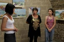 Куратор выставок в Аккерманской крепости Елена Маковская (слева), художники Наталья Лоза (в центре) и Ольга Разинкина