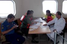 Представители властей оформляют документы на арест судна