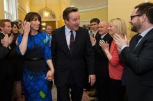 Дэвида Кэмерона поздравляют с победой в выборах. Фото: Stefan Rousseau / Reuters