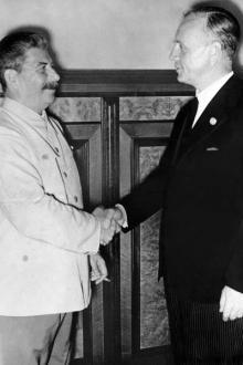 Иосиф Сталин и Иоахим фон Риббентроп в 1939 году. Hulton Archive/Getty Images