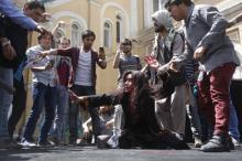 Активисты разыгрывают сцену расправы над Фархандой в Кабуле. Фото: Omar Sobhani / Reuters