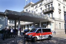 Полиция возле отеля в Цюрихе. Фото: Arnd Wiegmann / Reuters