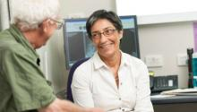 Профессор Ранжени Томас с пациентом. Фото University of Queensland