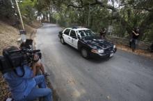 У дома Деми Мур — полиция и репортеры. Фото: Ringo H.W. Chiu / AP