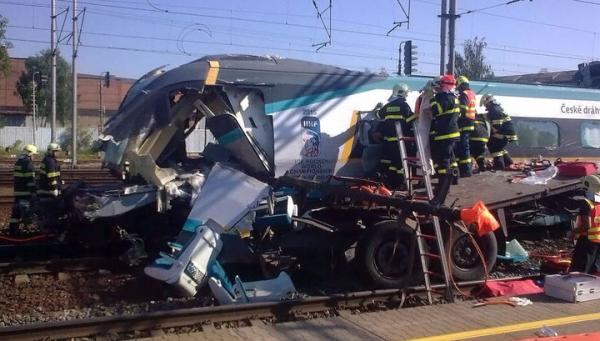 Два человека погибли при столкновении поезда и грузовика в Чехии