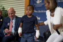 Слева направо: доктор Скотт Левин, пациент Сион Харви, мать ребенка Пэтти Рэй. Фото: Matt Rourke / AP