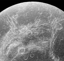 Поверхность Дионы. Фото: NASA / JPL-Caltech / Space Science Institute