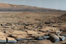 Отложения осадочных пород у основания горы Шарп. Фото: НАСА