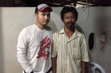 Тайский строитель (справа) и один из спасенных. Фото Bangkok Post
