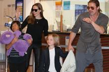 Анджелина Джоли с Брэдом Питтом и детьми. Фото: Shizuo Kambayashi / AP
