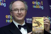 Филип Пулман c одной из своих книг. Фото: Max Nash / AP