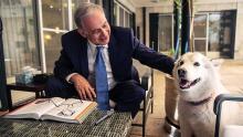 Нетаньяху со своей собакой. Фото Reuters