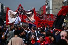 Участники демонстрации в память о жертвах диктатуры Аугусто Пиночета. Фото: Israel Chavez / Zumapress / Global Look