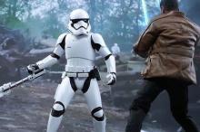 Бой TR-8R и Финна. Кадр из фильма: «Звездные войны: Пробуждение Силы»