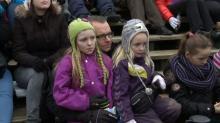 Маленькие датчане наблюдают за препарированием льва. Фото с TV 2 Fyn