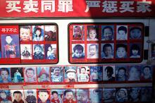 Стенд с похищенными детьми в Китае, архивное фото. Фото: Andy Wong / AP