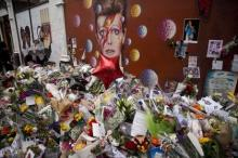 Импровизированный мемориал в Лондоне памяти Боуи. Фото АР с сайта Лента Ру