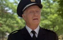 Джордж Гейнс в роли Эрика Лассарда. Кадр из фильма «Полицейская академия»