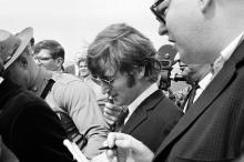 Джон Леннон в аэропорту Бостона в 1966 году Фото: архив АР