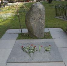 Памятник Улофу Пальме на кладбище в Стокгольме