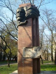 Памятник М. Томасу
