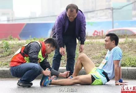 'Решили принять душ на полпути?' В Китае случилось массовое отравление бегунов, которые наелись мыла