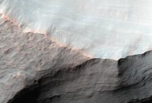 Конус выноса на склоне кратера Сахеки на Марсе Фото: NASA