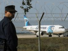 Угнанный самолет в аэропорту Ларнаки (Кипр). 29 марта 2016 года. Reuters. Фото: Янис Кортоглу