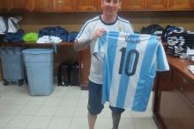 Месси с одной из футболок, подаренных дочерям Обамы Фото: официальный сайт Федерации футбола Аргентины
