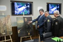 На фото ГПСУ: Президенту Украины Петру Порошенко показывают найденные картины.