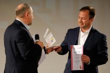 Приз  фильма «11-А» получает президент Конгресса болгар Украины Юрий Граматик (справа)