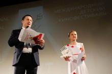 Глава правления Одесской киностудии Андрей Зверев объявляет победителя национальной внеконкурсной программы