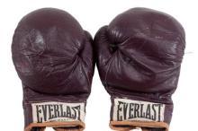 Перчатки Али, в которых он боксировал в поединке с Дж. Фрейзером, 1971 г.