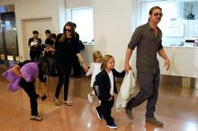 Анджелина Джоли с детьми и Брэдом Питтом. Фото: Issei Kato / Reuters