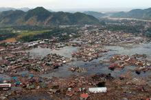 Деревня в руинах недалеко от побережья Суматры. Фото: U.S. Navy
