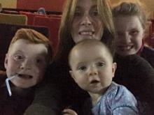 Шок! Жінка розгледіла призрак на сімейному фото