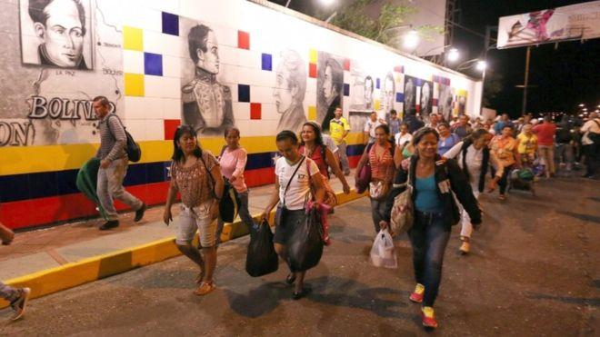 Тысячи венесуэльцев устремились вКолумбию запродуктами после открытия границы