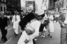 Фотография Альфреда Эйзенштедта «Поцелуй на Таймс-сквер»