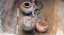 Погребальная урна и набор сосудов из гробницы этрусской женщины в Вульчи. Фото: ANSA