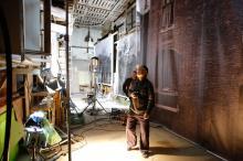 Осветитель фильма Александр Лобеев в съемочном павильоне