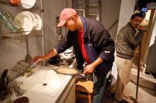 Реквизиторы готовятся к съемке сцены в кухне