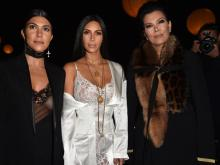 Ким Кардашьян (в центре) на Неделе высокой моды в париже. Слева от нее сестра Кортни, справа - мать Крис Дженнер. Осень 2016 года. Getty Images. Фото: П. Ле Сегретен