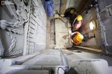 Вскрытие мраморной плиты Гроба Господнего. Фото: Dusan Vranic / National Geographic via AP
