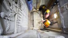 Снятие первой мраморной плиты с гробницы Иисуса Христа в храме Гроба Господня. Фото: Dusan Vranic, AP для National Geographic