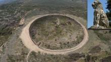 Реконструкция возможного вида погребального комплекса на холме Каста с изваянием Лев Амфиполиса, помещенным на вершину