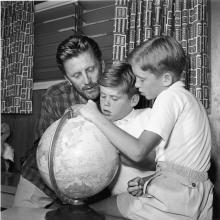 Кирк Дуглас с сыновьями Джоелем и Майклом. 1956 год
